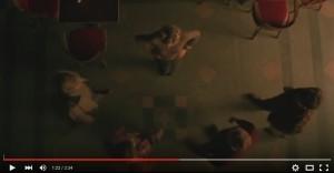 Screenshot aus der Bar-Szene: Alle machen sich an die Blonde heran.